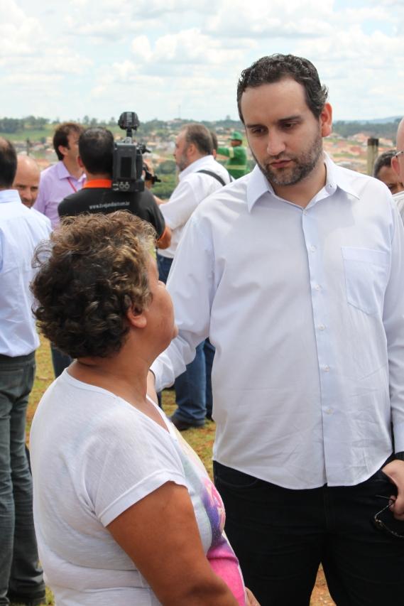 Prefeito Pedro Bigardi visita o local e se compromete com a revitalização